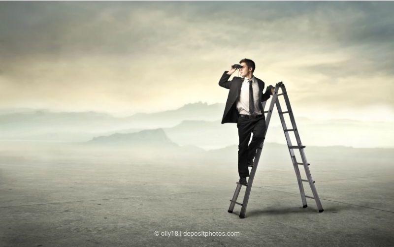 Das Bild enthält einen Mann mit Fernglas auf einer Leiter in einer freien Landschaft als Metapher für die Betriebsratsarbeit (Bildquelle: olly18 via depositphotos)
